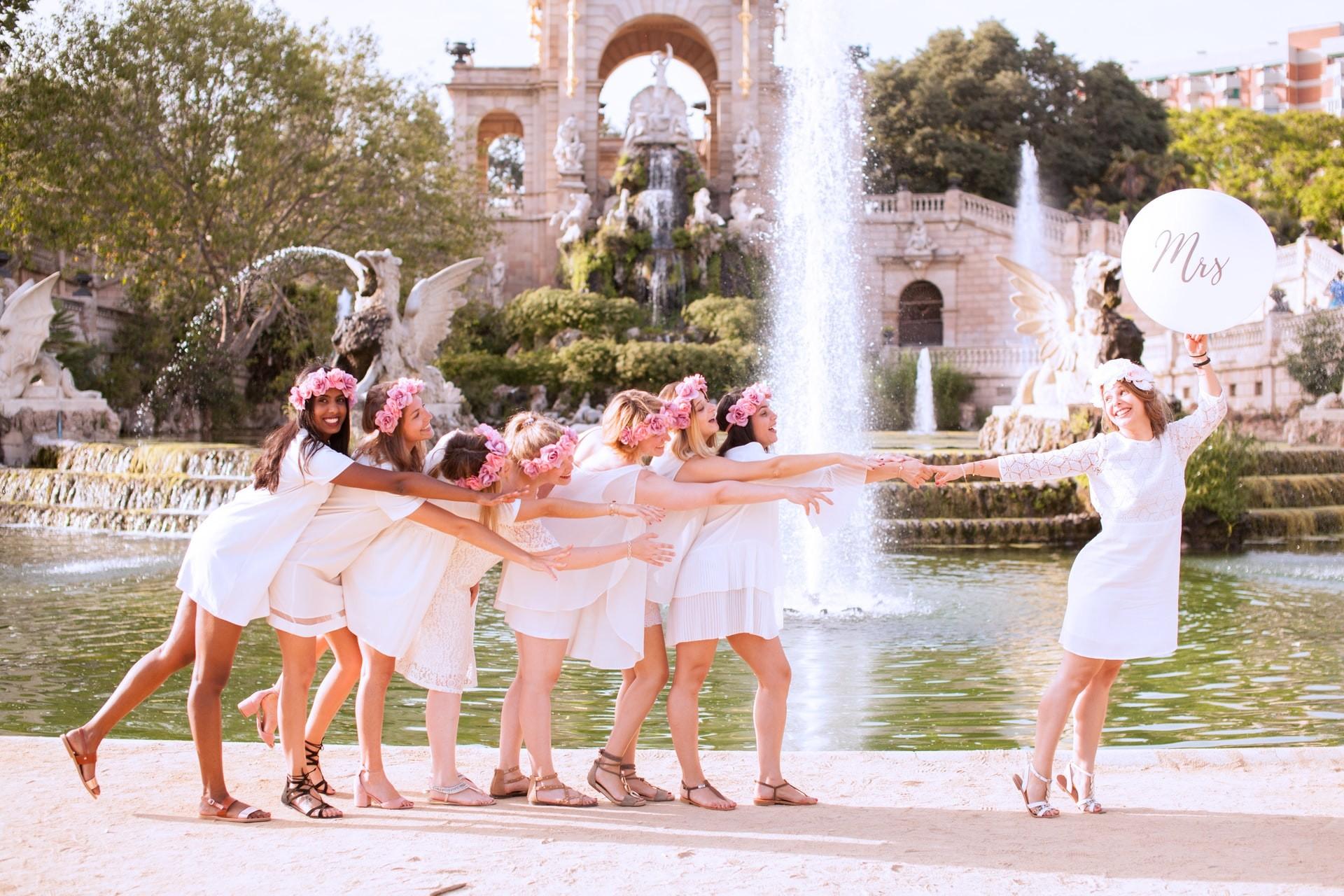 Photo de groupe mariée et demoiselle d'honneur devant la fontaine