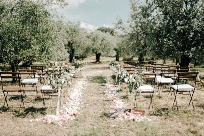 Mariage à la ferme rustique neutre et biologique en Toscane.