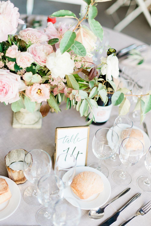 Bouquet de fleurs et verres à vin sur la table du dîner