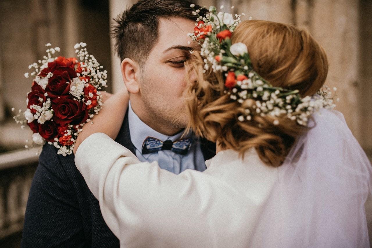 Mariée et marié s'embrasser
