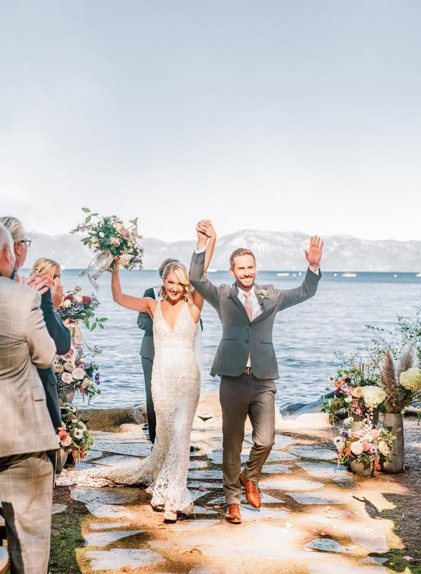 Mariée et marié marchant sur l'île et célébrant