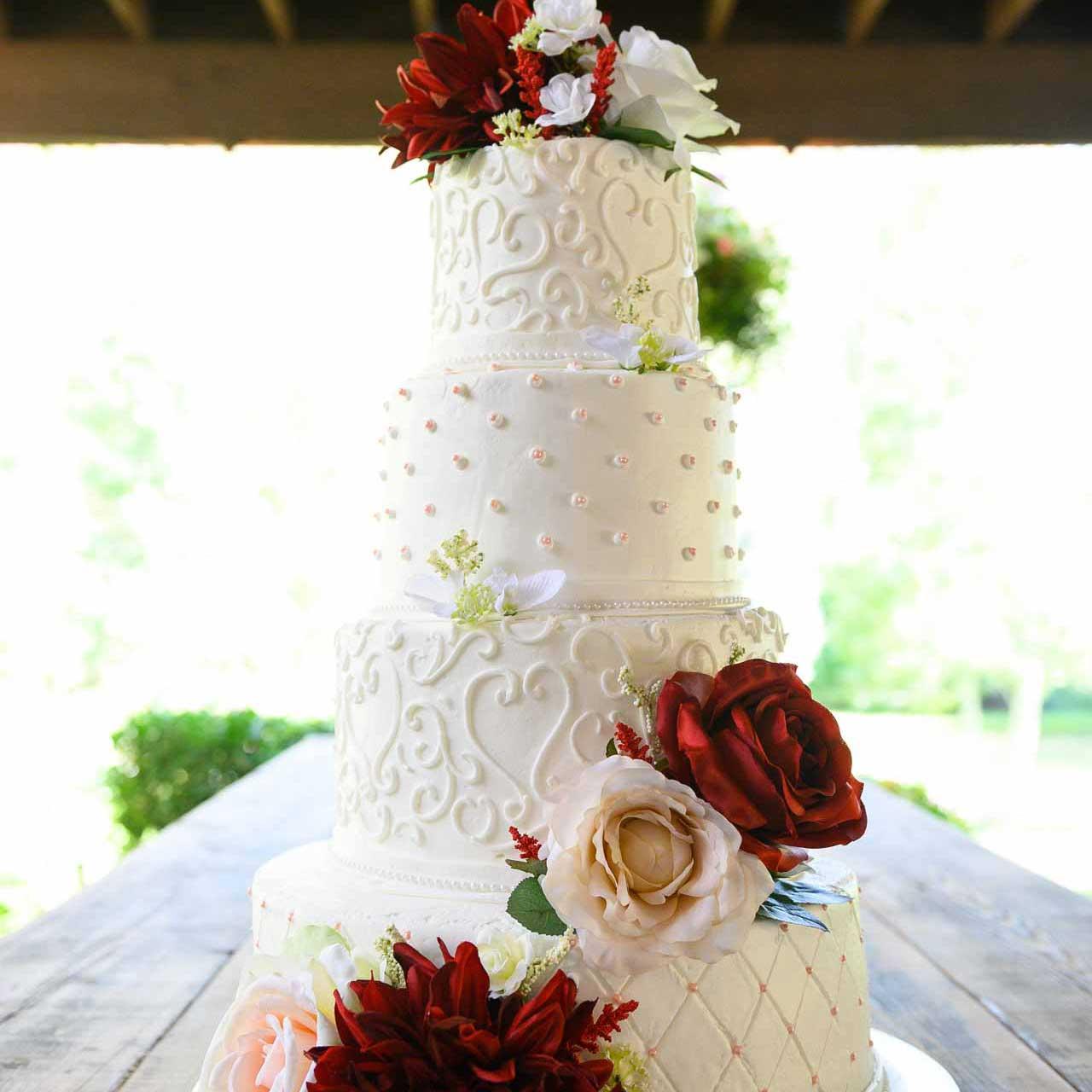 gateau-de-mariage-tendance-2021-details-avec-de-la-creme-au-beurre