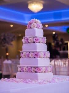 gateau-de-mariage-tendance-2021-fleurs-en-sucres-decoratives